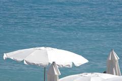Elegancia siempre (Micheo) Tags: recuerdosdeniza memories recuerdos niza nice vacaciones ciudad city leve ligero blanco white playa beach promenadedesanglais