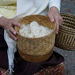 127. Laos. Luang Prabang. Cérémonie des offrandes aux moines, au lever du jour thumbnail