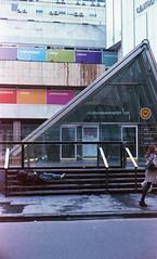Cine, fbrica de sueos (Barcoborracho) Tags: yashicaelectro35gsn kodakultramax400 rangefinder analgicos airelibre streetphotography f17 focomanual grano kodak luzda luzdesol 45mmf17 35mm telemtrica buenosaires exterior vintage linyera mendigo dormirenlacalle