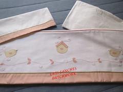 Jogo Lenol Passarinhos Rosa e Beige Personal (cris_sanches) Tags: patch patchwork jogo lenol aplique piquet algodao vira lencol patchaplique jogolencolbebe