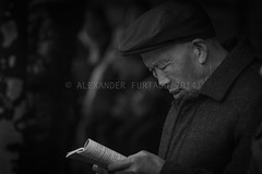 ADF_20140303_1047 (chiyowolf) Tags: chengdu sichuanprovince ef70200mmf28lisiiusm canoneos7d oldman reading golfcap streetscenes facesofchengdu peopleofchengdu candidphotography  travelphotography