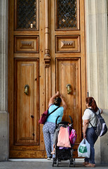 Hold the door (Jun) Tags: door puerta altura paseodegracia passeigdegracia barcelona spain espaa 50mm nikon streetphotography street