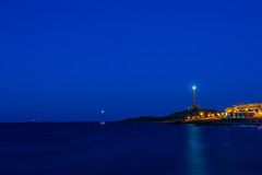 Faro Cabo de Palos. (Azariel01) Tags: 2016 espagne espaa spain murcia cabodepalos playadelevante darkness sunset coucherdesoleil lights lumires plage beach mediterraneansea mermediterrane mediterrane lighthouse faro phare reflet reflection boat bateau