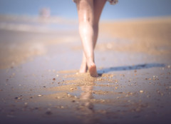 On the Beach (Gure Elia) Tags: unfocused bokeh beach summer f2 samyang135f2 legs piernas back espaldas girl feet walking