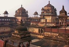 INDIEN, historisches Orchha,  Raja Mahal-Fort und Jahangir Mahal- Palast, 14111/6977 (roba66) Tags: city travel urban india building castle history tourism monument arquitetura architecture reisen asia asien cityscape arch fort platz urlaub capital kultur arc culture places visit palace historic explore stadt architektur historical tradition schloss turm indien bau castillo palast faade burg castelli fassade inde historie voyages geschichte festung citadelle zitadelle fortess jahangir orchha kastell jehangir northernindia kulturdenkmal torresdedefensa tikamgarh rajamahal pradesh roba66 madhya indiennord indienhistorischesorchha