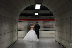 Les maris et le mtro Lyonnais (OMM.photographie) Tags: intrieur inside mtro subway mari marie bride lyon france europe canon couleur color 5d canon5d canon5dmarkiv underground people portrait portraiture married wedding mariage eos