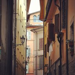 Guardando all'ins  Ascoli Piceno  Italia (Ska * mon) Tags: street windows italy square italia squareformat rise lampioni marche finestre ascolipiceno iphoneography instagramapp uploaded:by=instagram