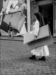 S 094 24 04 2015 (marcos 1950) Tags: street roma blackwhite italia sister piazzadispagna bianconero streetshot scattidistrada stphotographia