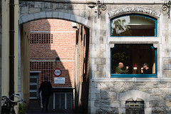 Historias divergentes (Manuel Gayoso) Tags: gante flandes belgica ventana hotel desayuno conversacion espalda arco