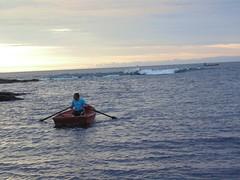 Bote y el mar (misma19) Tags: chile sunset atardecer mar playa blanca region olas marzo rocas pescador oceano iquique bote chileno tarapac 2015