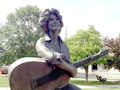 Dolly on the courthouse lawn (plasticfootball) Tags: statue tennessee sevierville dollyparton