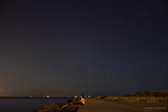 Si quieres las estrellas vuelco el cielo (AnabelGonzlezP) Tags: noche night estrellas stars nocturna exposicin woman cielo sky espign playa sea infinito