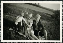 Archiv H102 Mutter mit zwei Söhnen und Tochter, 1930er (Hans-Michael Tappen) Tags: archivhansmichaeltappen mutter söhne son sons sohn wiese outdoor tochter daughter kleidung armbanduhr fotorahmen outfit 1930er 1930s
