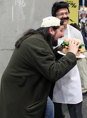 2016-Fan Dressed Up as Silent Bob eating a Bob's Burger at SDCC-03 (David Cummings62) Tags: sandiego ca calif california comiccon con fans dressup cosplay silentbob bob burgers animated tvshow movie kevinsmith