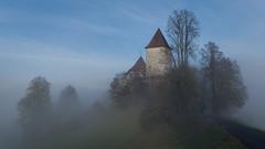Schloss Trachselwald (bolliger51) Tags: schweiz licht nebel herbst haus bern che schloss turm landschaft sonne baum sonnenstrahl burg mystisch emmental hgel mittelalter sumiswald morgenstimmung baumgruppe trachselwald herbstnebel nebelstimmung winterkahl
