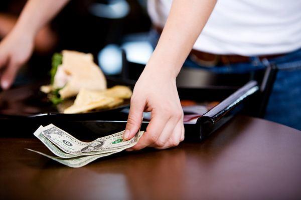 Các tình huống khác mà bạn cũng phải trả tiền tip đó là cắt tóc, đi taxi, boa cho người mang hành lý, người tìm chỗ đỗ xe hoặc người phục vụ ở