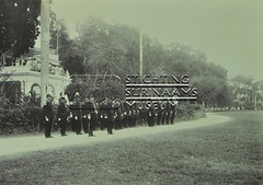 Hoogwaardigheidsbekleders in uniform op het Gouvernementsplein