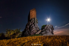 Bajo la luz de la luna (Daniel Pastor 70) Tags: espaa moon tower night noche rocks torre nightscape stones guadalajara luna nocturna castillo zafra rocas piedras roja molinadearagon juegodetronos gamesofthrones