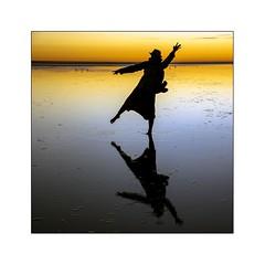 Prendre son Pied... (Marie 35 (140)) Tags: reflets contrejour coucherdesoleil vie jeu ombreschinoises baiedumontstmichel