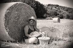 Retrato de verano... (E.M.Lpez) Tags: 2016 verano julio trigal trigo alpaca siega retrato posado mujer blancoynegro blackwhite virado monocromo mures alcallareal jan andaluca sierrasurdejan