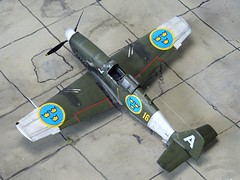 1:72 Saab J 23B; 'Vit Adam ('White A', s/n 2323), Swedish Air Force Upplands Flygflttilj 16, Air Staff Flight; Uppsala (Eastern Sweden); summer 1947 (Whif/Kit bashing) (dizzyfugu) Tags: saab 23 j23 jakt db605 benz piston fighter interceptor olive green gray swedish air force whif whatif fictional aviation f16 uppsland lulland flygflttilj 16 white anton vit staff flight combat training high visibility viz markings j21 modellbau kitbashing dizzyfugu p51 ki61