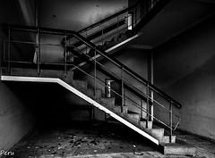 Zig zag (Perurena) Tags: escaleras stairs escadas peldaos barandilla pasamanos abandono ruina decay blancoynegro blackandwhite bw luces sombras lights shadows urbex urbanexplore