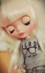 E quem eu pego dormindo na minha cama? (Garotasushi) Tags: cute nerd doll blythe boneca lunna