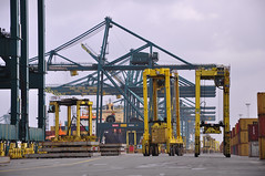 Traffic (larry_antwerp) Tags: haven port belgium container antwerp msc gantrycrane straddlecarrier delwaidedok mediterraneanshipping mpet delwaide