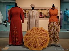 En Vogue im Herbst - Fashion of autumn (Sockenhummel) Tags: mode accessoire textilertag museum dahlem fuji x20 fujifilm finepix fujix20 kleidung clothes bekleidung museumeuropischerkulturen textilevielfalt