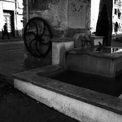 Mouvements suspendus... (woltarise) Tags: montpellier celleneuve france fontaine