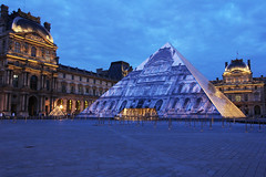 Pyramide du Louvre (natacha.mateus) Tags: voyage city original light paris france love monument architecture night canon landscape photography town photo amazing foto view noiretblanc lumire perspective tourist capitale paysage nuit ville pyramidedulouvre poselente