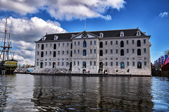 Canal cruising (Maria Eklind) Tags: reflection spegling himmel moln clouds city holland canal building streetphoto people street cityview streetview architecture netherlands europe mnniskor amsterdam noordholland nederlnderna nl