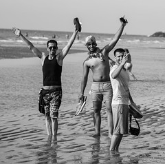 Sunny and happy day (LACPIXEL) Tags: jeunes jovenes youngmen hommes hombres flickr plage playa beach mer mar sea ostende beligique europe noiretblanc blackandwhite blancoynegro nikon nikonfrance d4s fx lacpixel