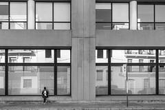 (Vctor Mndez (VM FotoVisual)) Tags: vmfotovisual vmfotovisualstreet streetphotography fotografacallejera blackandwhite blancoynegro calle mujer edificio ventanas reflejo lneas geometra street woman building windows reflection lines geometry canon600d barcelona