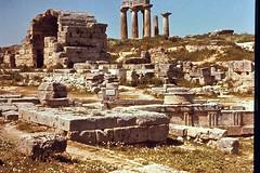 Grce, vacances de Pques 1987. Corinthe, magasins et temple d'Apollon. (Marie-Hlne Cingal) Tags: 1987 greece grce  hells  diaponumrise