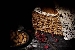 Bodegn -Still Life (i.puebla) Tags: espaa spain catalua catalonia barcelona bodegn stilllife cacahuetes penauts cuchara spoon galletas biscuits cesta basket frutosrojos berries nikon d3000 50mm