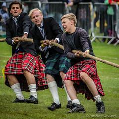 Tug O' War (FotoFling Scotland) Tags: balloch event highlandgames lochlomondhighlandgames scotland tug0war kilt meninkilts pull rope strength