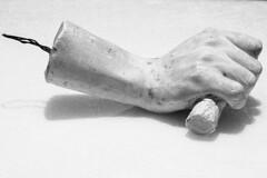 Mano derecha aferrada (Gayoausius) Tags: blancoynegro bw yeso escultura objeto mano 7dwf