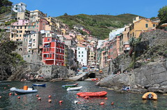 Cinque Terre (Croix-roussien) Tags: red mer colors port rouge boat couleurs cinqueterre italie riomaggiore nationalgeographic ligurie