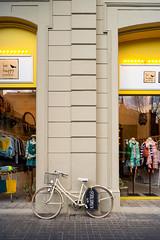 (Vctor Mndez (VM FotoVisual)) Tags: vmfotovisual vmfotovisualstreet streetphotography fotografacallejera color colour bici lneas tienda reflejo bike line shop reflection samsungnxmini barcelona