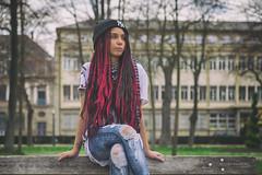 Megan (www.darnoc.fr) Tags: rouge jaune bleu pourpre canon eos6d eos 6d lightroom photoshop ef24105mmf4lisusm 24105mm 24105 femme modele blanc portrait studio parc exterieur tresses banc bonnet