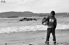 Observando las olas... (dediosromero) Tags: blancoynegro mar playa bn arena olas veigue dediosromero