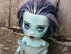 Une petite morte-vivante  la maison (Antiphane) Tags: monster high frankue stein ooak repeinte repaint resshopping custom custo doll poupe