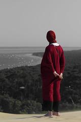 Desde la duna de Pilat (Paco Esteve Herrero) Tags: franciscoesteveherrero francia aquitania nikond5300 mujer duna pilat dunadepilat lagrandunadepilat pyla 2016 rojo pacoesteveherrero