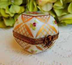 Limoges France Peint Main Porcelain Trinket Box ~ Flowers ~ Gold ~ Artist Signed (Donna's Collectables) Tags: limoges france peint main porcelain trinket box ~ flowers gold artist signed