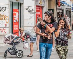 Sobre una mam y otras tribus urbanas... (cmarga28) Tags: madrid espaa spain jovenes gente personas people madre calle street tribuurbana urbano city ciudad oaseando divertido europa photography nikon digital raw d750 colores