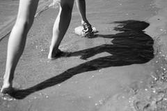 Sagoma sulla sabbia (filippobattaglia) Tags: ombra sole spiaggia plaza sun blackwhite bw biancoenero sea mare