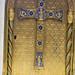 Detalle del sagrario de la capilla del Palacio de Linares, que se muestra encima del altar de la estancia. Con una rica decoración en tonos dorados, presenta motivos religiosos en grabados azules.