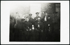 Archiv G827 Barbier, WWI, 1914-1918 (Hans-Michael Tappen) Tags: archivhansmichaeltappen barbier bart friseur bader wwi militr hygiene ersterweltkrieg uniform rasur soldat gruppenbild outdoor 1910er 1910s