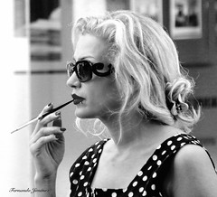 Fumando (alanchanflor) Tags: fumando rubia canon monocromático exterior mujer joven gafas cigarro boquilla